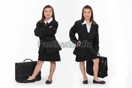 schulmaedchen gekleidet als geschaeftsfrauen