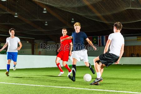 mannschaft spielt hallenfussball