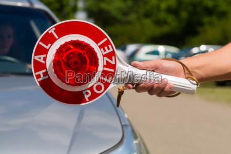 polizist oder polizei in streife haelt