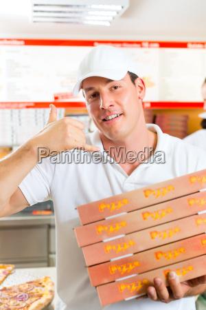 lieferservice mann mit pizzaschachteln