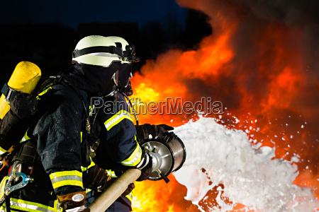 feuerwehr feuerwehrmaenner loeschen einen brand