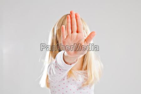 junges maedchen zeigt stop hand zeichen