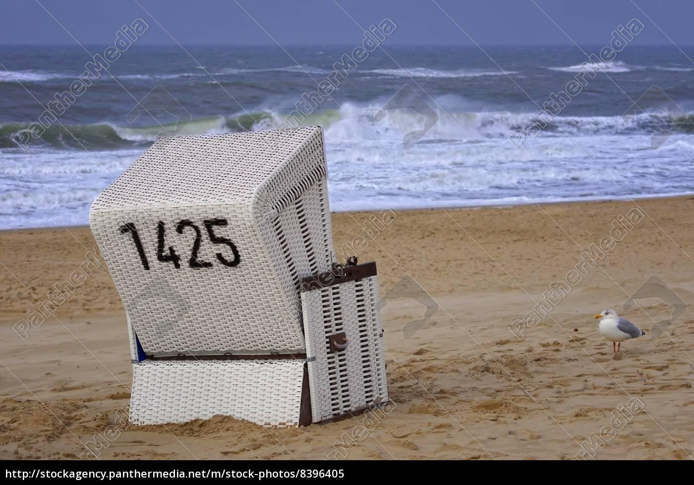 Strandkorb nordsee  Strandkorb an der Nordsee mit Möwe - Lizenzfreies Bild - #8396405 ...