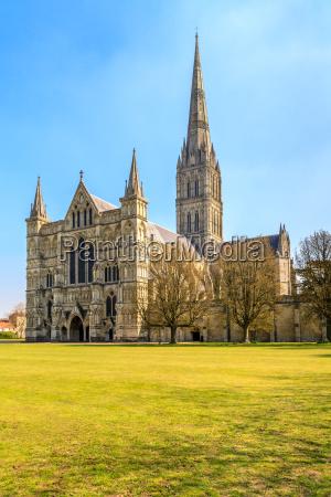 salisbury cathedral vorderansicht und park an