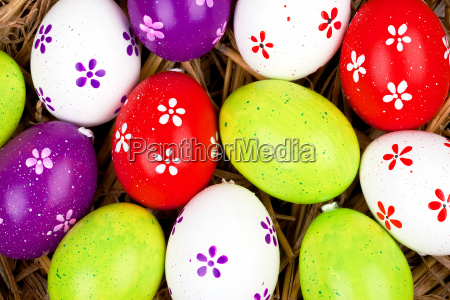 nahaufname bemalte bunte eier fuer ostern