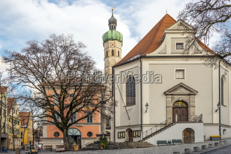 kirche in einer kleinen stadt in