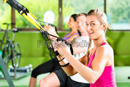 fitness leute beim suspension training