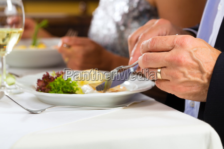 leute essen in restaurant oder hotel