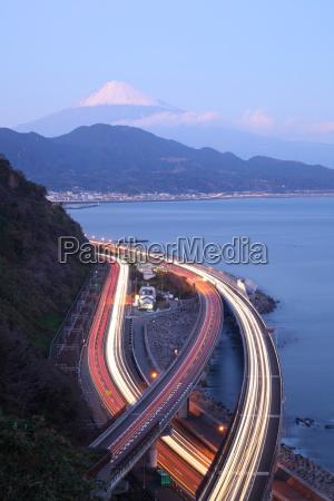nachtansicht des berges fuji und expressway