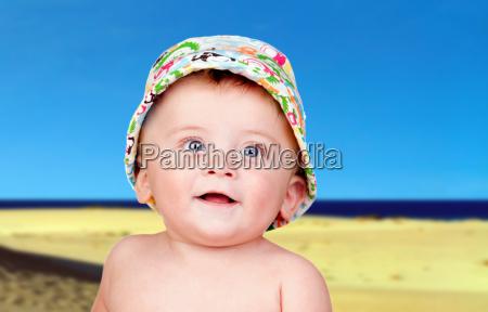 schoenes blondes baby mit blauen augen