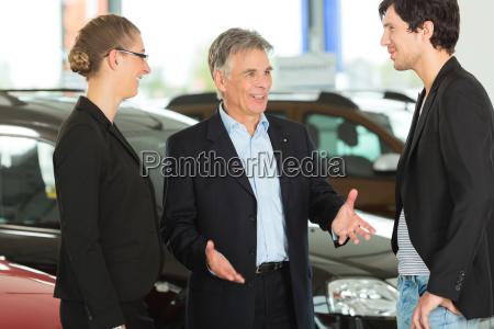 AElterer mann mit autos und jungem