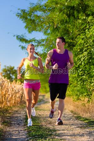 mann und frau treiben sport und