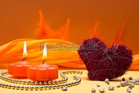 warmer oranger hintergrund mit kerzen und