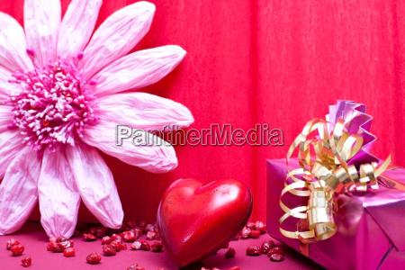 rosa hintergrund mit geschenk und herz