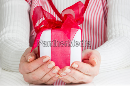 frau zeigt geschenk