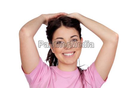 huebsches junges maedchen beruehrt ihre haare