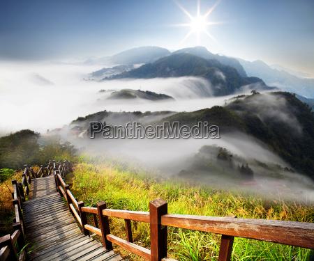 dramatische wolken mit berg