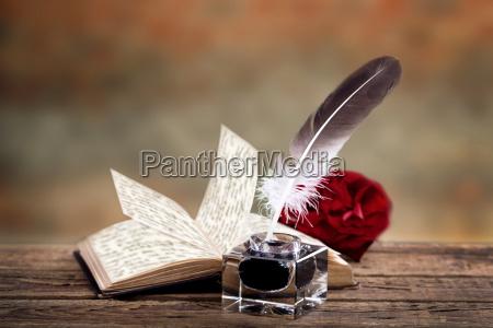 libro antiguo con tinta y pluma