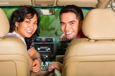 asiatisches paar sitzt im auto