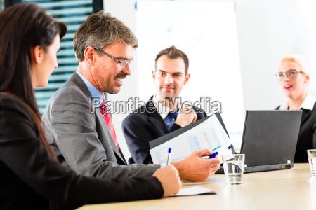 business besprechung von geschaeftsleuten