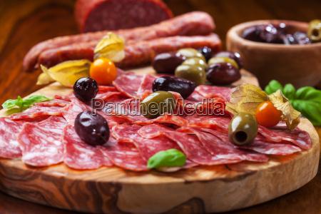 italienische salami mit oliven