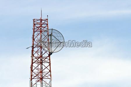 satellitenschuessel auf telekommunikation radio antenne turm