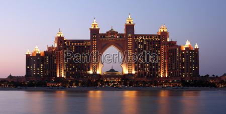 atlantis hotel in der nacht beleuchtet