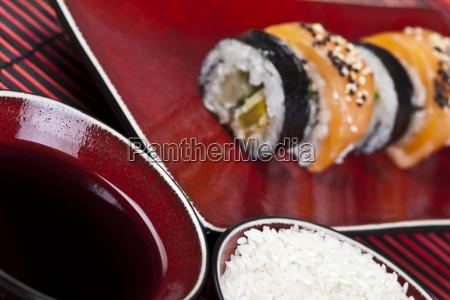 asien und lebensmittel auf sushi