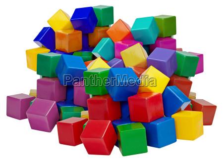 grosser haufen plastikbloecke auf weiss isoliert