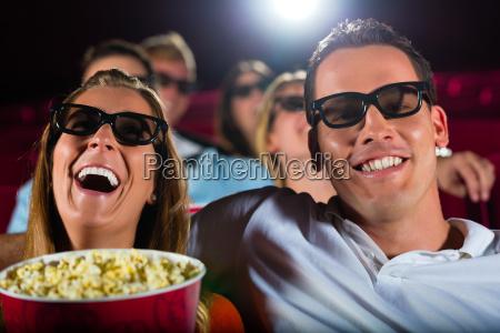 junge leute schauen einen 3d film