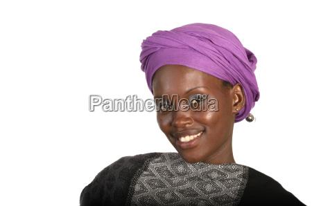 huebsche afrikanerin mit kopftuch