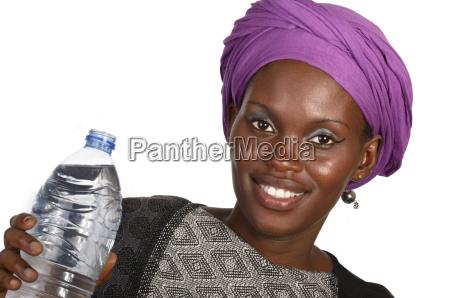 huebsche afrikanerin mit wasserflasche