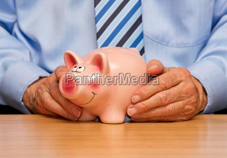 mann mit sparschwein savings pig
