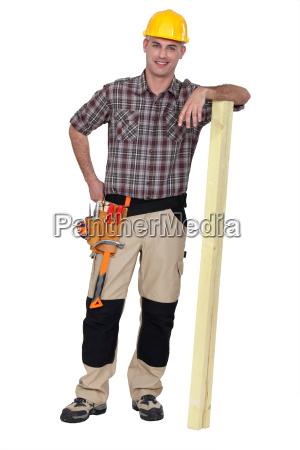 carpenter stand mit holzplanke