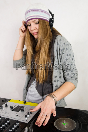 junge weibliche hip hop dj spielen