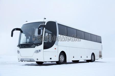 bus bianco in inverno