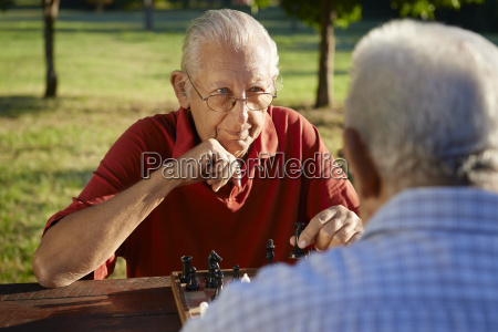 aktive, senioren, zwei, ältere, männer, spielen, schach - 8751142