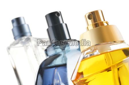 zusammensetzung mit parfuemflaschen auf weissen hintergrund