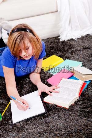 junges teenager maedchen macht hausaufgaben