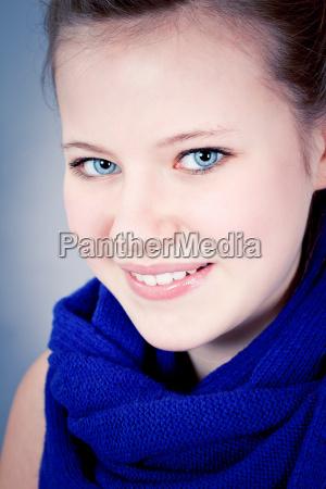 lachendes teenager maedchen mit blauen augen