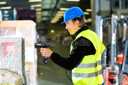 lagerist benutzt scanner im lager einer