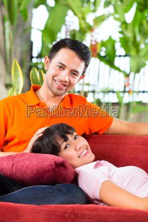coppia asiatica a casa sul divano