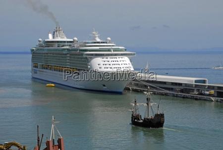 kreuzfahrtschiff und nachbau der santa maria
