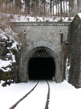 eingang eines eisenbahntunnels