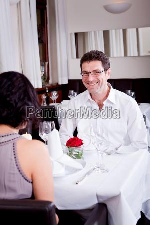 frau und mann im restaurant lachend