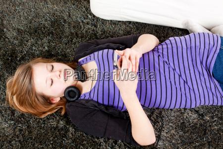 junges teenager maedchen hoert laut musik