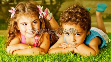 zwei glueckliche kinder