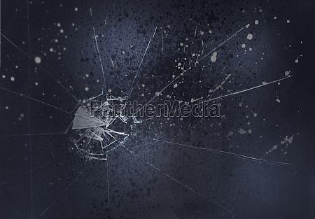 zerbrochenes glas auf schwarzen hintergrund