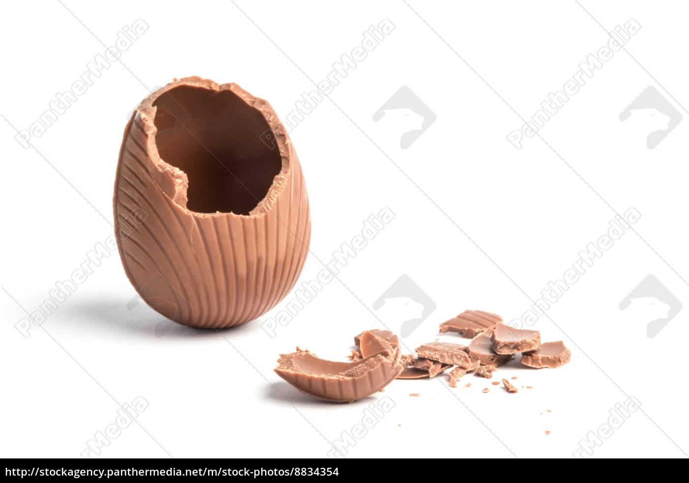 kaputtes, schokoladen-osterei, auf, weißem, hintergrund - 8834354
