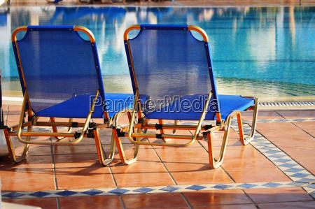 schwimmbad im touristenort waehrend der sommerzeit